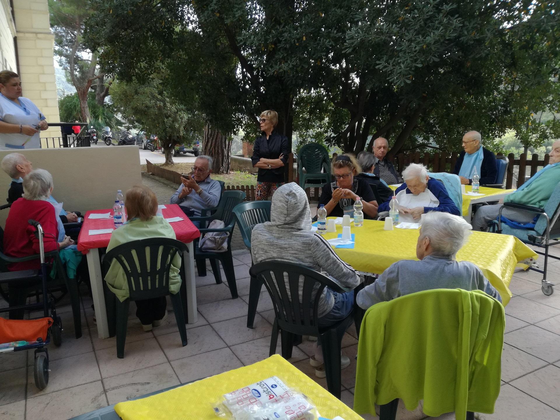 Pranzo in giardino Residenza Sanitaria Assistenziale Noceti - Opere Sociali Servizi Savona